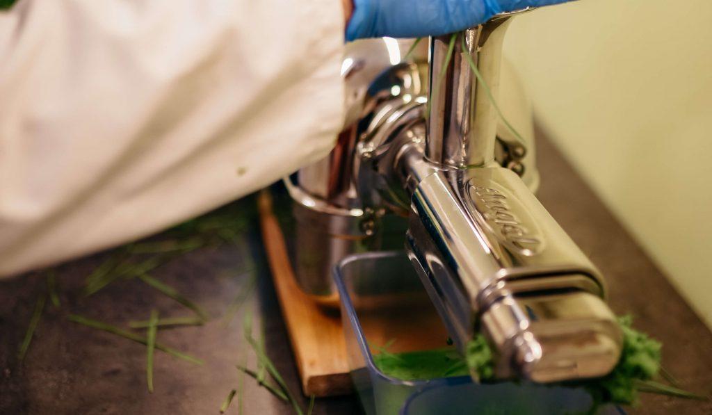 stiskanje 100 bio eko pirinega soka iz pirine trave